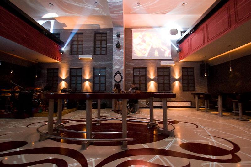 Night bar Bastion, Tvrđa  Osijek je bogatiji za još jedan noćni bar. Bastion, mjesto mnogima poznato i kao dvorana za ulazak u nove godine, uređeno je ukusno i bez suvišnog inventara koji bi umanjio količinu prostora iskoristivog za izvijanje (alkoholom potaknute lelujavosti) trupala u ritmu tam-tam. [b]Nastavak pročitajte ovdje:[/b] [url=http://www.osijek031.com/osijek.php?topic_id=9005]Galerija 031: Night bar Bastion - otvorenje[/url]  Text: Leon Foto: steam  Ključne riječi: bastion tvrđa