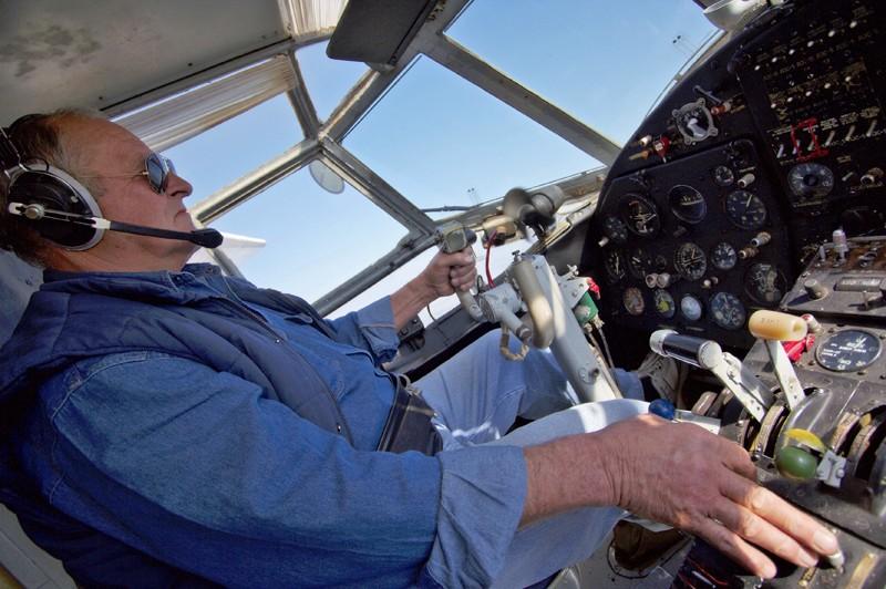 Pilot Mijo  Pilot Mijo Ban, dostavljač padobranaca...  Foto: cacan  Ključne riječi: padobranci memorijal zrakoplovaca pilot antonov an-2