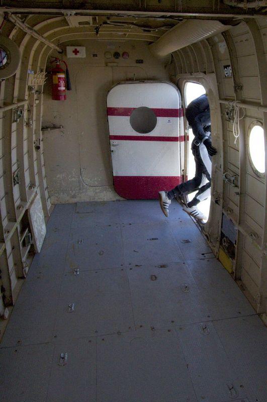 Ode zadnji...  Foto: cacan  Ključne riječi: padobranci memorijal zrakoplovaca padobranac