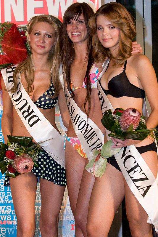 Izbor za Kraljicu Slavonije i Baranje  Kraljica Slavonije i Baranje [b]Karin Krnić[/b] (sredina), druga princeza [b]Kristina Pukljak[/b] lijevo ([i]camera left[/i]) i prva princeza [b]Monika Burg[/b] desno ([i]camera right[/i]).  Foto: [b]steam[/b]  Ključne riječi: kraljica miss