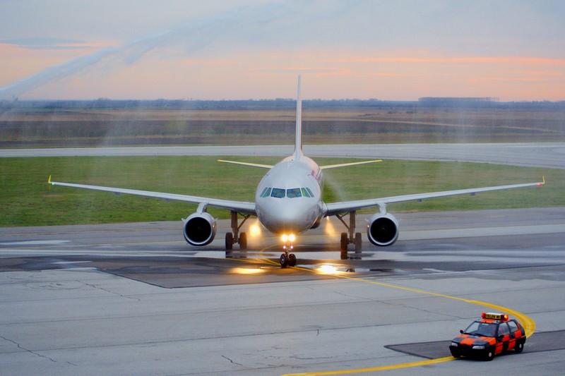 Polijevanje za sreću  Foto: cacan  Ključne riječi: zlo aerodrom avion germanwings