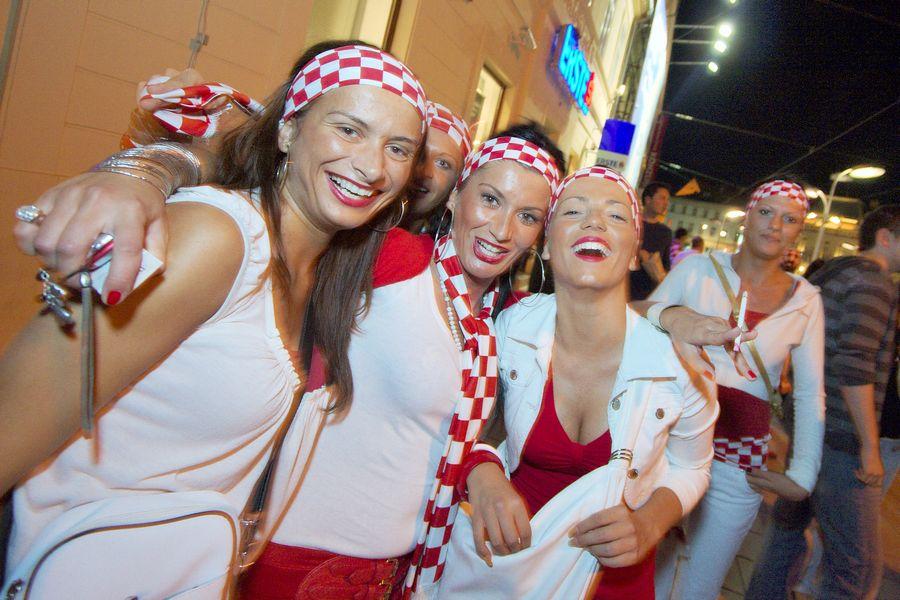 Navijačice!  Pogledajte galeriju: [url=http://www.osijek031.com/galerija/thumbnails.php?album=288]Euro 2008, Osijek - slavlje![/url] (2008.06.16.)  Foto: cacan  Ključne riječi: euro2008 euro slavlje navijanje