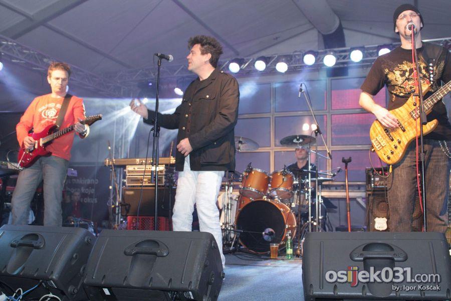 Crvena Jabuka  Foto: Igor Košćak  Ključne riječi: crvena-jabuka bozicna-pivnica we-love-music