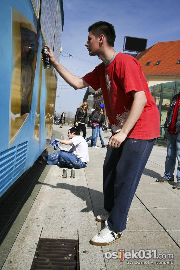 Grafiteri oslikavaju izgled tramvaja  [b]Najava031:[/b] [url=http://www.osijek031.com/osijek.php?najava_id=24765]Grafiteri pozivaju: dođite gledati oslikavanje tramvaja![/url]  Foto: Daniel Antunović  Ključne riječi: grafit tramvaj oslikavanje