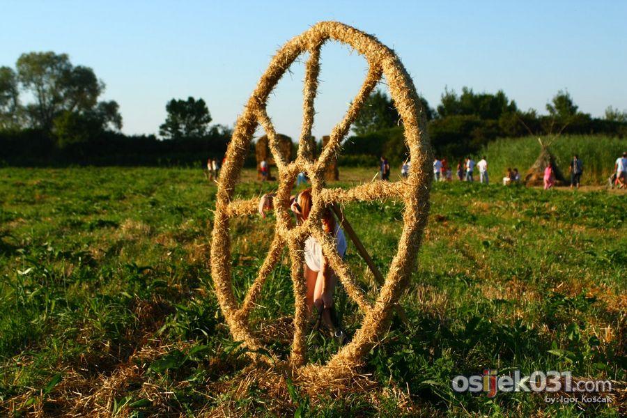 Slama 2010.  Foto: Igor Košćak  Ključne riječi: slama land-art-festival