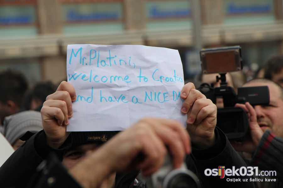 [Prosvjedi 2011.] Prosvjedni skup protiv Vlade RH u Osijeku  [url=http://www.osijek031.com/osijek.php?topic_id=30531][Prosvjedi 2011.] Prosvjed u Osijeku - izvještaj[/url] Foto: cacan  Ključne riječi: prosvjed prosvjed2011