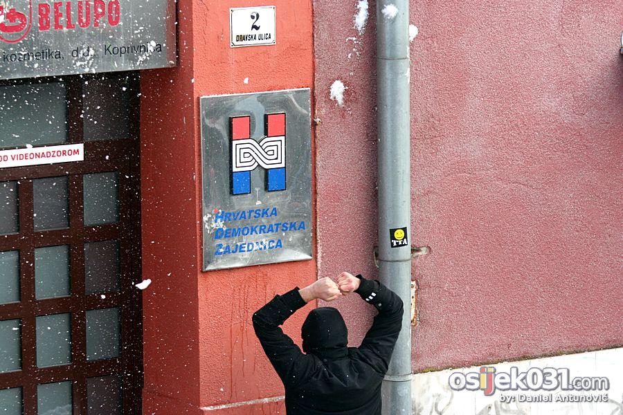 [Prosvjedi 2011.] Prosvjedni skup protiv Vlade RH u Osijeku  [url=http://www.osijek031.com/osijek.php?topic_id=30531][Prosvjedi 2011.] Prosvjed u Osijeku - izvještaj[/url] Foto: Daniel Antunovic  Ključne riječi: prosvjed prosvjed2011