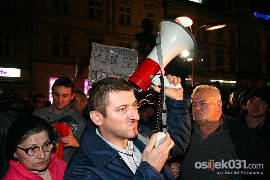 [Prosvjedi 2011.] Prosvjedni skup protiv Vlade RH u Osijeku  [url=http://www.osijek031.com/osijek.php?topic_id=30674][Prosvjedi 2011.] Pernar abolirajući Glavaša pozvao na paljenje zastava HDZ-a i SDP-a - otjeran![/url]  Foto: Daniel Antunović