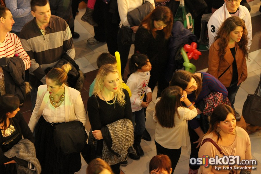 Jelena Rozga @ Avenue Mall Osijek  [url=http://www.osijek031.com/osijek.php?topic_id=48623][INFO] Jelena Rozga zapalila Avenue Mall[/url]  Ključne riječi: rozga jelena-rozga avenue-mall-osijek