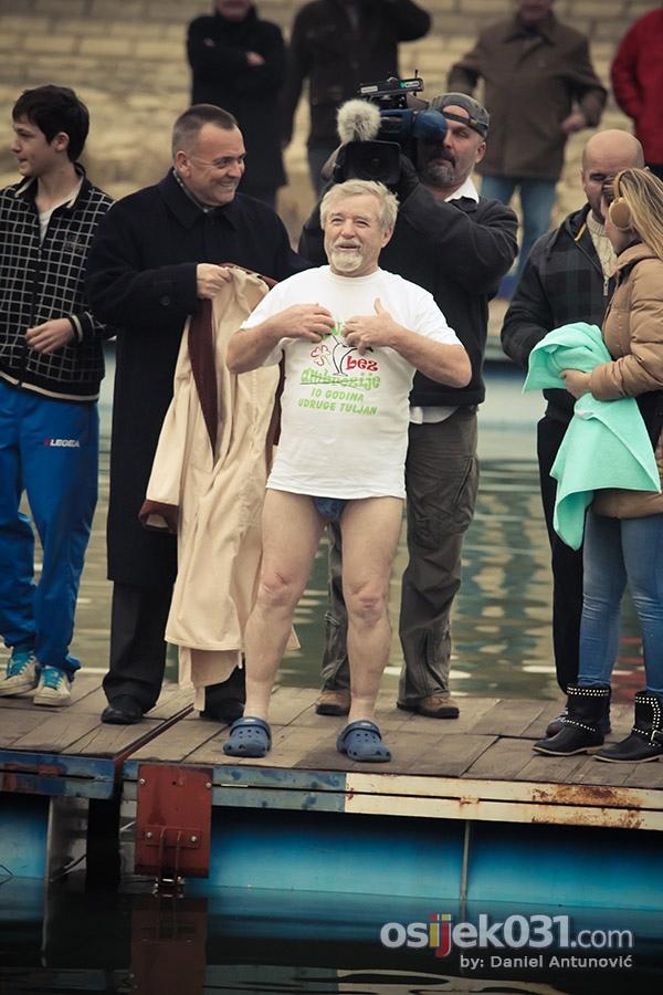 [url=http://www.osijek031.com/osijek.php?topic_id=48867][FOTO] Osječki 'čovjek-tuljan', Duško Rudež, po 28. put skočio u ledenu Dravu[/url]  Foto: [b]Daniel Antunović[/b]