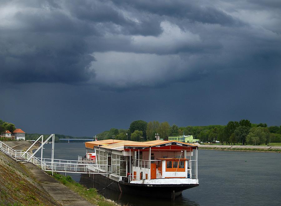 Prijetnja  Foto: Jasmina Gorjanski  Ključne riječi: galija drava oblaci