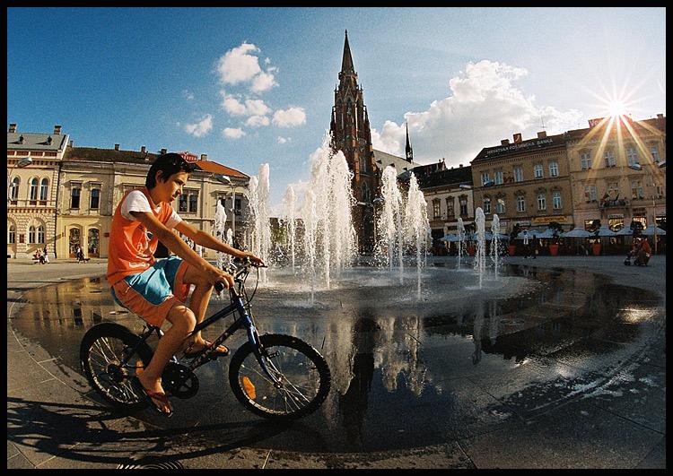 U prolazu  Foto: Samir Kurtagić  Ključne riječi: prolazu samir trg fontana