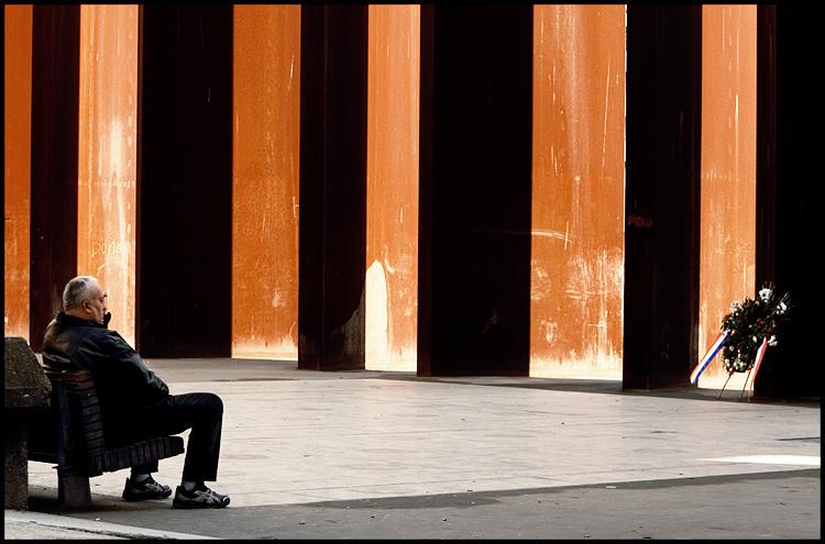 U prolazu  Foto: Samir Kurtagić  Ključne riječi: prolazu radijatori spomenik trg slobode