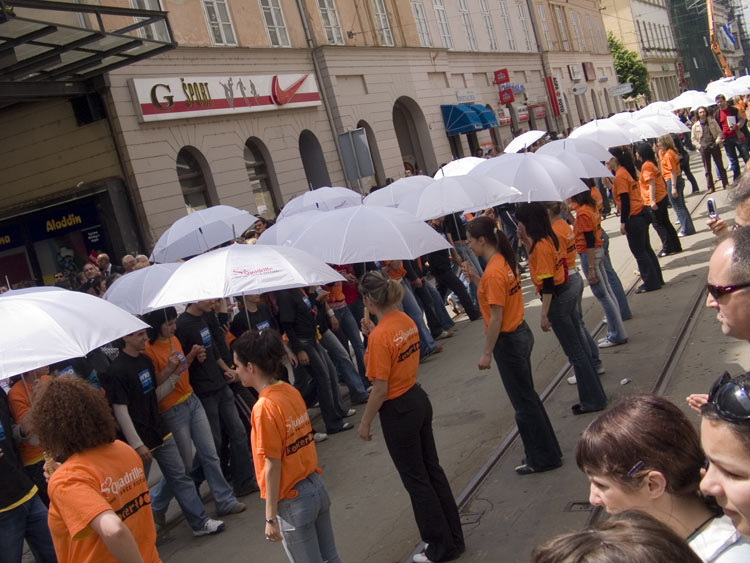 Kišobrani...  ... a sunčano! :-)  Photo: steam  Ključne riječi: osijek, maturanti, norijada, quadrilla, guinness, world, record, dance, ples, strauss
