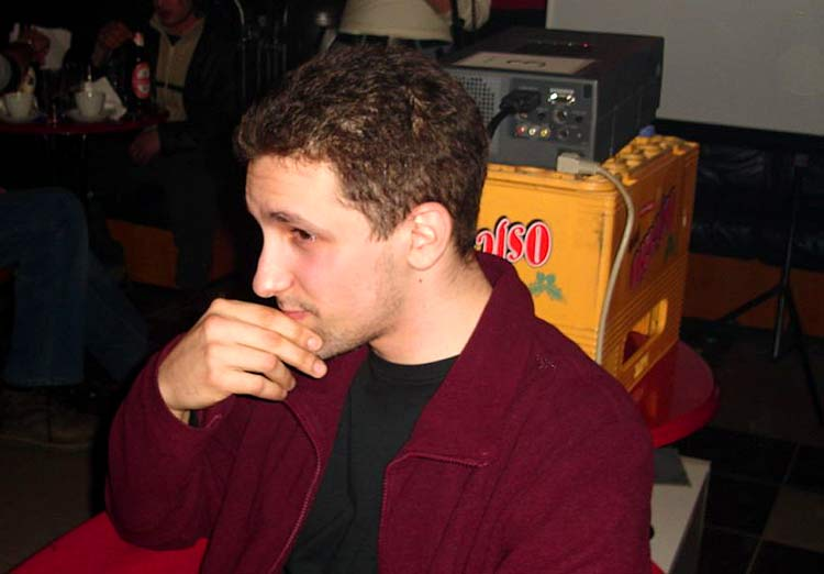 Samozatajni pjesnik  Nije s odvajao od gajbe piva... Photo: Gemi Text: Leon  Ključne riječi: osijek big ben los studentska knjizevna vecer