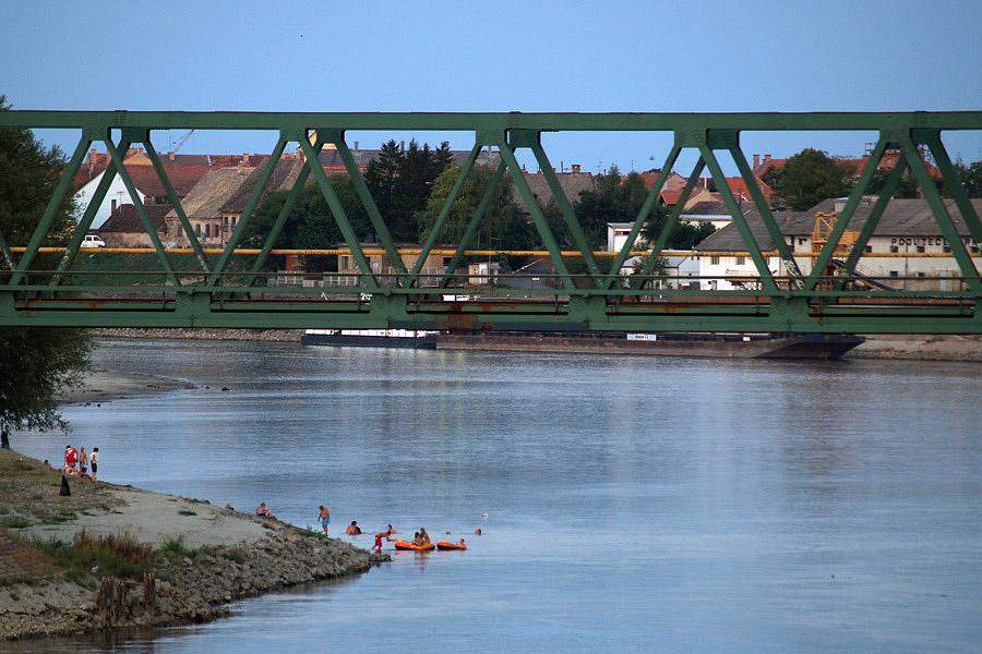 Ispod mosta  Foto: Jasmina Gorjanski  Ključne riječi: osijek most drava želja željeznički kupalište