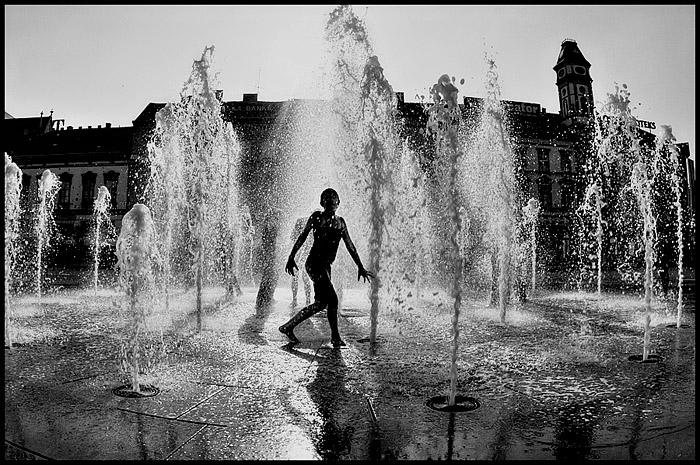 Mokre konture  Foto: Samir  Ključne riječi: trg fontana kupanje