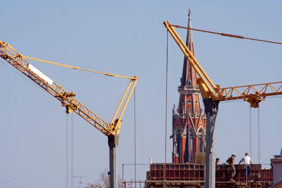 Iznad krovova  Foto: cacan  Ključne riječi: gradjevina radovi gradnja katedrala dizalica