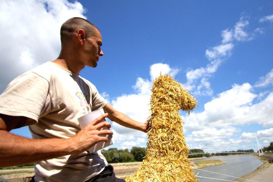 Hrabri Vitez od Slame  Posjetite danas kiparsku koloniju [url=http://www.osijek031.com/osijek.php?topic_id=14698]Slama 2008.[/url]  Foto: [b]cacan[/b]  Ključne riječi: slama slama2008 promenada