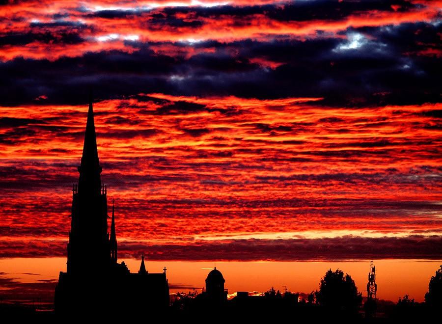 Vatreno  Foto: Jasmina Gorjanski  Ključne riječi: zalaz nebo katedrala sunce oblaci