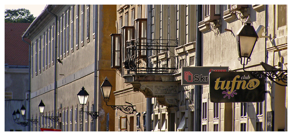 Fenjer dijagonala  Osijek, Croatia, 2008.  Foto: [url=http://www.mojosijek.deviantart.com/]Domagoj Sajter[/url]  Ključne riječi: fenjer tvrdja lampa tufna