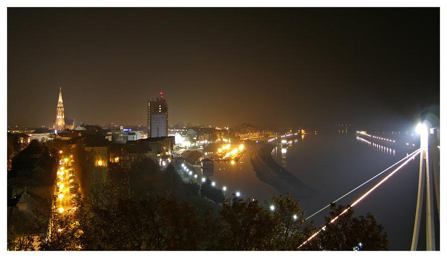 Nightlights...  Kad sam dosao kuci iznervirao sam se jer sam zaboravio napravit panoramu i uhvatit i most... Sta je tu je... Osijek, Croatia, 2008.  Foto: [url=http://www.mojosijek.deviantart.com/]Domagoj Sajter[/url]  Ključne riječi: noc nocna most hotel promenada