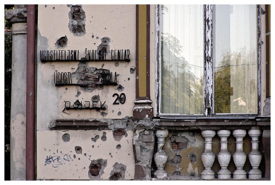Ožiljci su još tu  Foto: [url=http://www.mojosijek.deviantart.com/]Domagoj Sajter[/url]  Ključne riječi: ugos ugostiteljska skola rat geler srapnel rana fasada