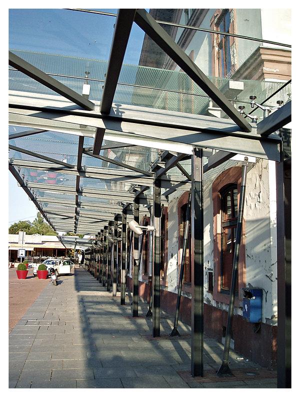 Pred kolodvorom  Osijek, Croatia, 08 / 2008.  Foto: [url=http://www.mojosijek.deviantart.com/]Domagoj Sajter[/url]  Ključne riječi: kolodvor vlak zeljeznicki