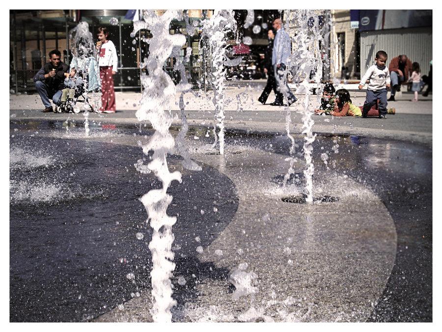 Summer in the city  Foto: [url=http://www.mojosijek.deviantart.com/]Domagoj Sajter[/url]  Ključne riječi: ljeto fontana trg sajter