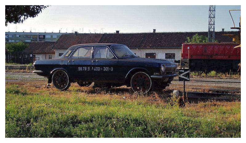 Volga u Osijeku  Jedna Volga tece prugom... ...doduse, vise ne tece, samo stoji parkirana, tu u Osijeku...  Osijek, 2008.  Foto: [url=http://www.mojosijek.deviantart.com/]Domagoj Sajter[/url]  Ključne riječi: volga pruga zeljeznica
