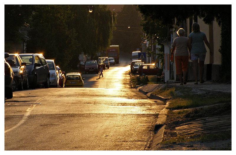 Zlatni put  Osijek, Croatia, 08 / 2008.  Foto: [url=http://www.mojosijek.deviantart.com/]Domagoj Sajter[/url]  Ključne riječi: ulica sumrak sunce zalazak promet