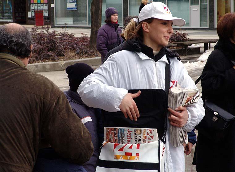 As iz torbe!  U subotu, 12. ožujka održana je druga promotivna akcija novih dnevnih novina u kojoj su se djelile majice i privjesci. photo: Ana Kiefer