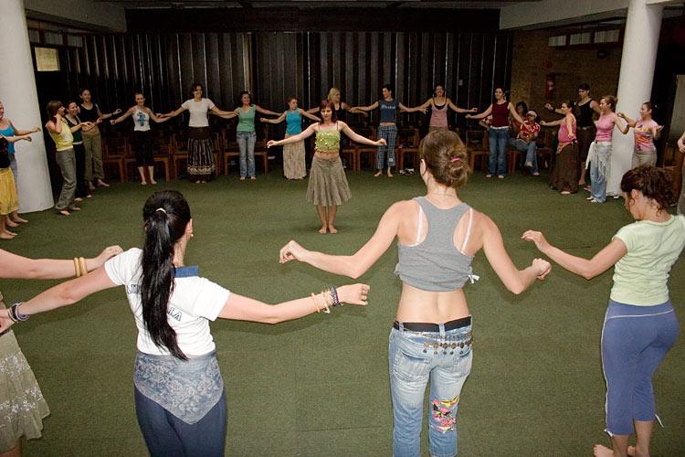 OLJM - radionica trbusnog plesa  U sklopu Osječkog ljeta mladih u Stucu je održana radionica trbušnog plesa. Cure su bile oduševljene dolaskom trojice fotografa. Njihove ovacije dugo nisu prestajale. :)  Photo: Steam  Ključne riječi: OLJM osjecko ljeto mladih trbusni ples