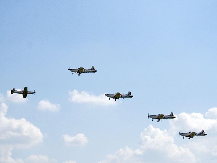 Ususret  Photo: steam  Ključne riječi: dan državnosti aero-miting klisa akrobacije