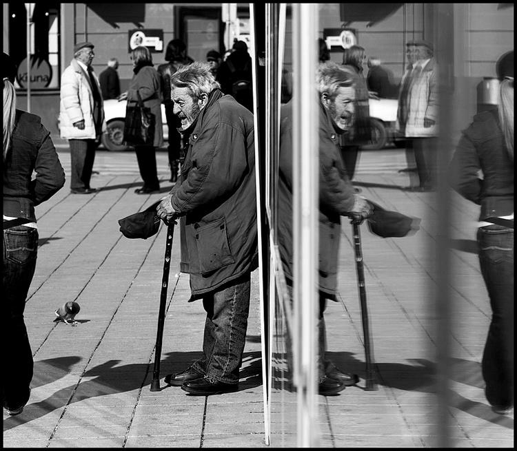 U prolazu  Foto: Samir Kurtagić  Ključne riječi: prosjak