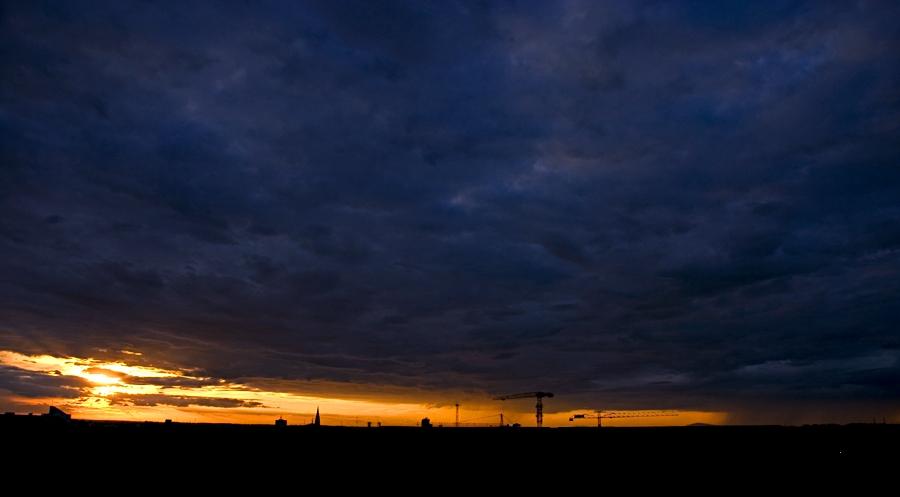 Zalazak nad gradom  Foto: Igor Ralić  Ključne riječi: nebo zalazak