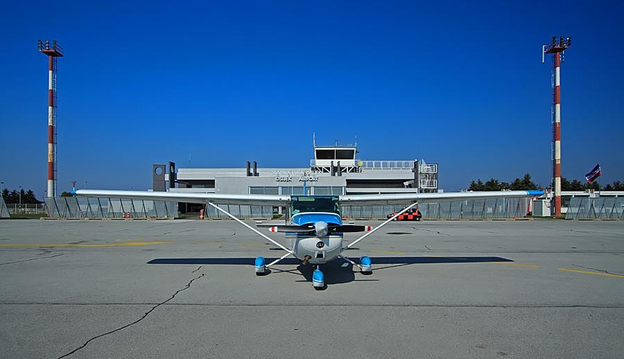 LDOS  Osijek Airport - KLISA  Ako skrenete pozornost s ove nevjerovatne avio-pile.. i usmjerite ju prema desnom [i]ćoši[/i] fotke.. možete uočiti neobjašnjivi redoslijed boja na (hrvatskoj?) zastavi ! ;) Foto: Toni  Ključne riječi: ldos zlo zracna luka avion aerodrom