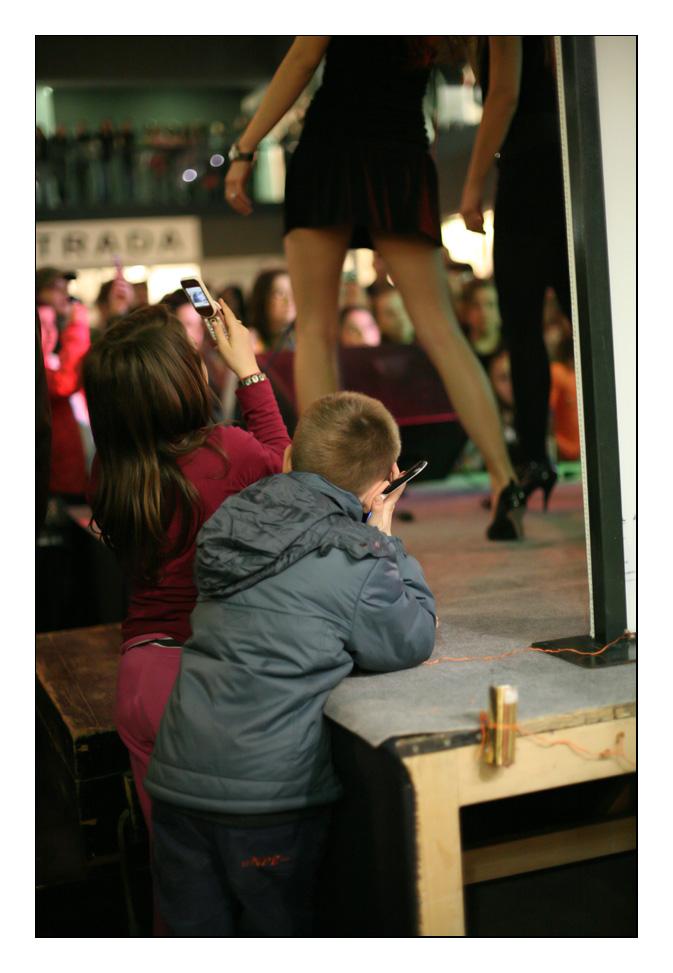 Svatko vidi stvari na svoj način...  Uprizorenje s koncerta Lane Jurčević u E. centru.  foto: Sikki  Ključne riječi: esseker lana