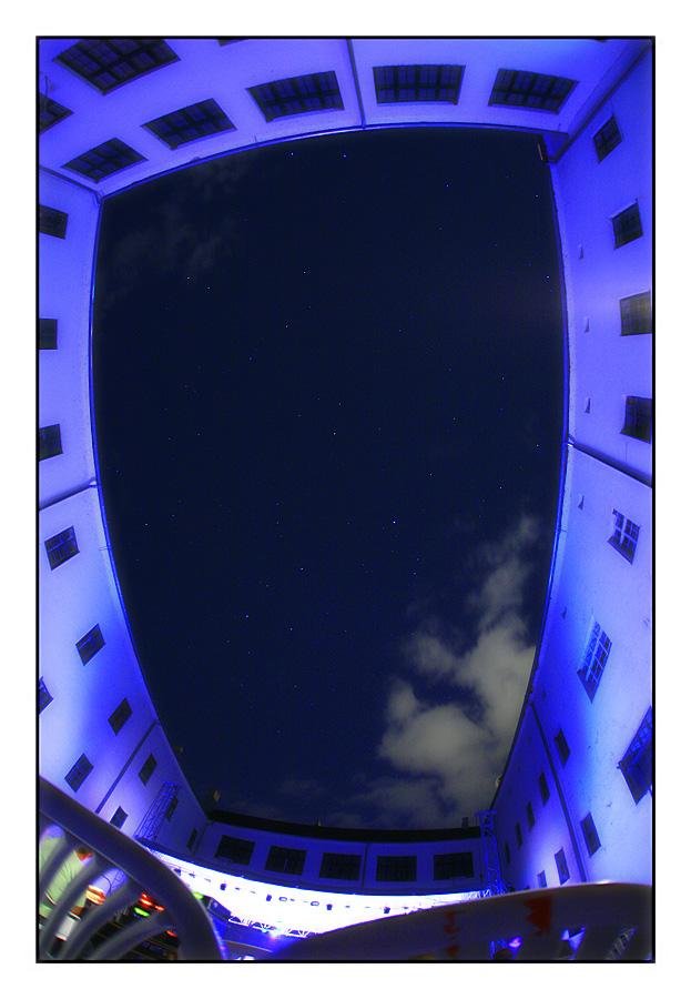 Nebo iznad dvorišta Rektorata  foto: Tomislav Šilovinac (sikki)  Ključne riječi: osijek rektorat nebo oljk