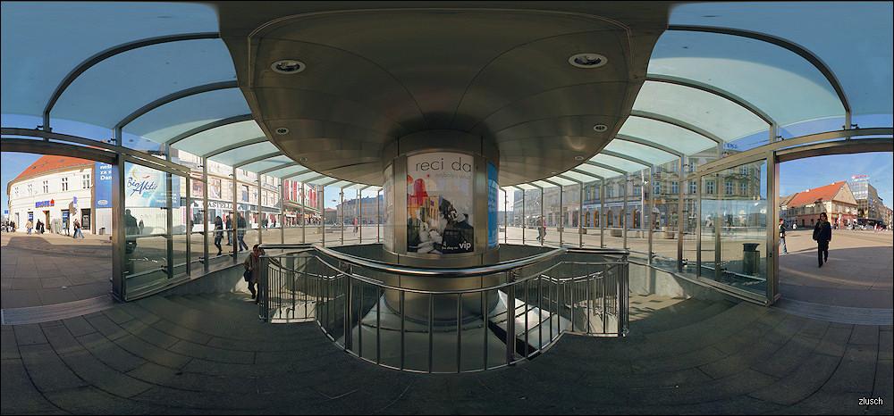 Ulaz u pothodnik  Interaktivnu Java verziju ove panorame u 360° možete pogledati [url=http://panoblog.bloger.hr/post/reci-da/657773.aspx]ovdje[/url]!  Foto: zlusch  Ključne riječi: pothodnik trg