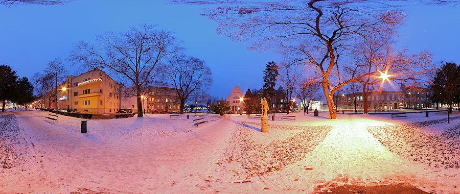 Sakuntala park pod snijegom  Photo: zlusch  [url=http://www.e-osijek.com/panoblog/slike/s0177_java.html]Interaktivna 360° verzija ove panorame nalazi[/url]   Ključne riječi: osijek panorama sakuntala park 360 zima snijeg