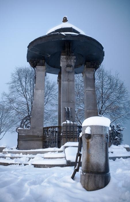 Još jedna zimska  Neki kažu bunar, neki kažu zvono? Tko će znati koji je pravi naziv?  Foto: Isis  Ključne riječi: zdenac promenada snijeg zima