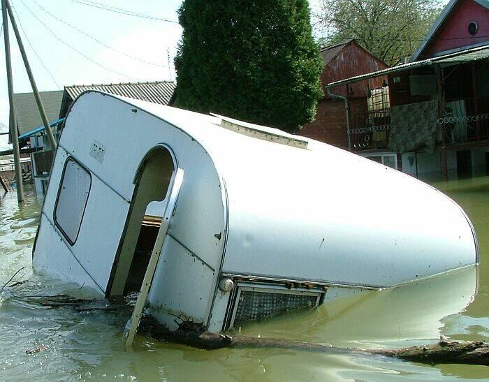Pa ti kampiraj...  Vikend naselje Ušće  Photo: Circa031  Ključne riječi: poplava voda kucica