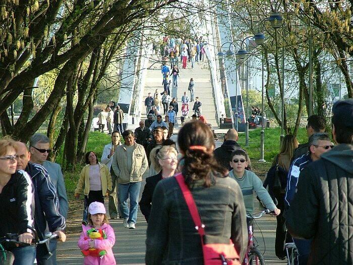 Pola grada na promenadi  Photo: Circa031  Ključne riječi: poplava voda drava ljudi promenada most