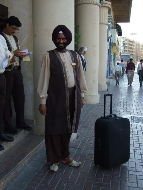 Sikh  ...vjera u kojoj se muskarci nakon sto udju u pubertet vise nikada ne smiju niti sisati niti rezati bradu..pa onda motaju sve te dlake u jednu hrpu i omotaju...