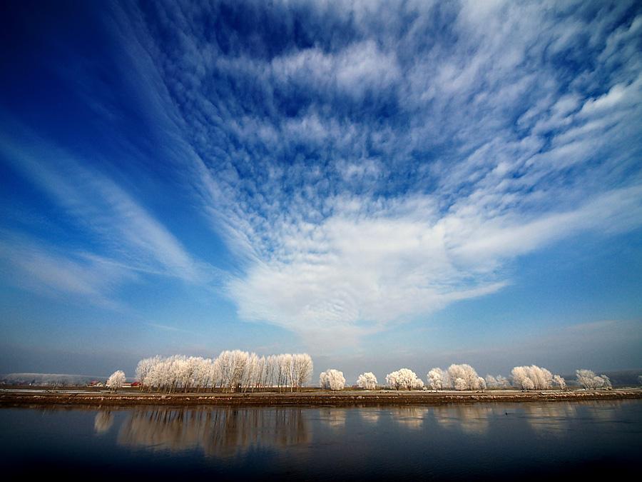 Pod zimskim nebom  Foto: Jasmina Gorjanski   Ključne riječi: pod zimskim nebom zima snijeg nebo oblak