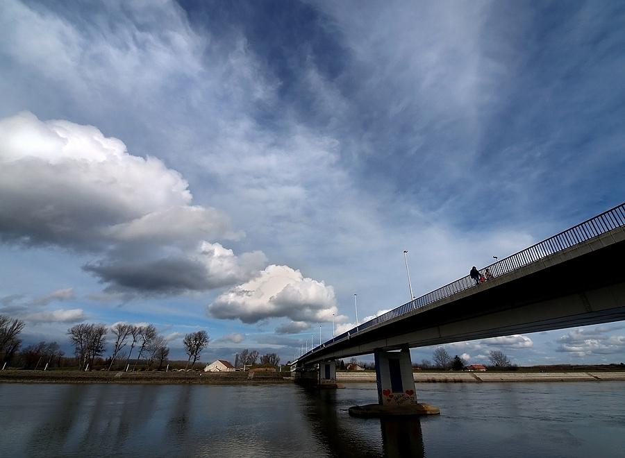 Preko mosta  Foto: Jasmina Gorjanski  Ključne riječi: preko mosta drava oblaci