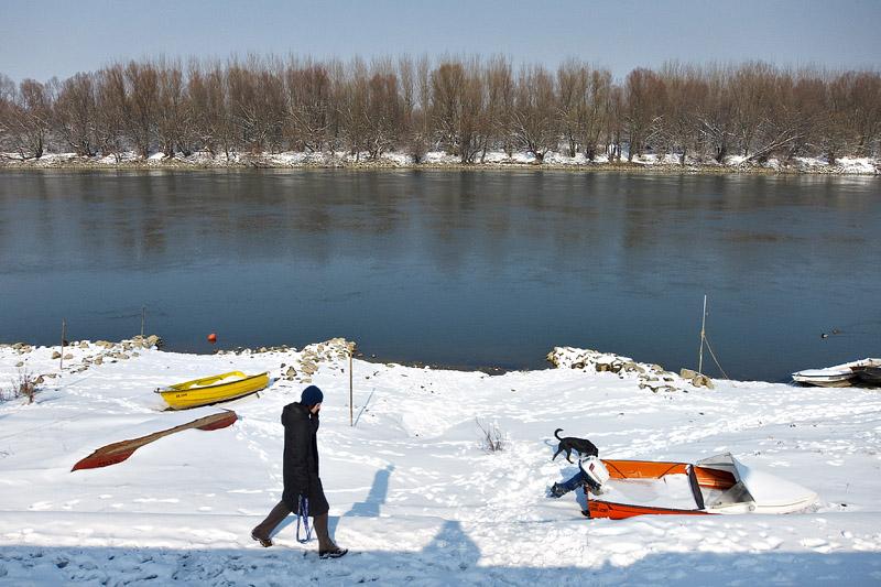 Šetnja II  Foto: [url=http://davorplesa.com/]Davor Pleša[/url]   Ključne riječi: setnja zima snijeg dgo promenada drava davor