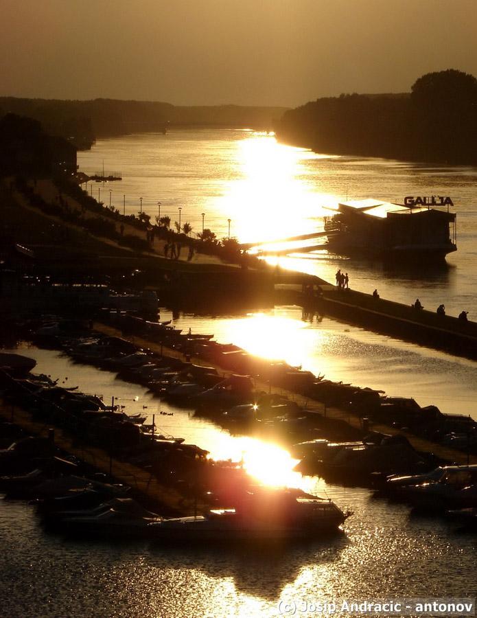 Osijek u suton...   Foto: [b]Josip Andračić - antonov[/b]  Ključne riječi: suton zimska-luka