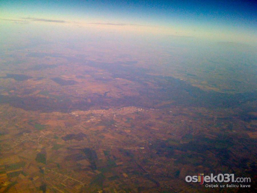 Osijek s 35000 stopa  Foto: [b]Robert Šuvak [/b]  [i]Fotografirano mobitelom[/i]  Ključne riječi: osijek